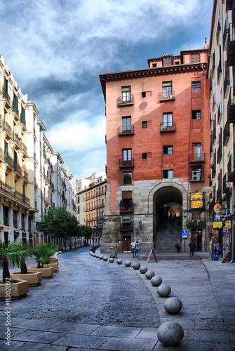 Madrid. Cava de San Miguel y Arco de Cuchilleros.