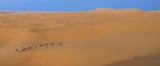 caravane dans les dunes et mirage poster