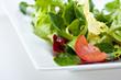 Detail eines gemischten Salates auf einem weißen Teller