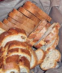 Tranches de pain complet dans une corbeille.