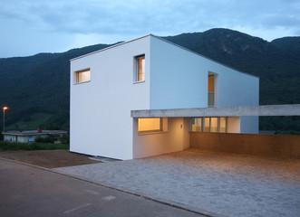 maison moderne le soir