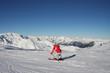 Skifahrer auf Piste mit Bergpanorama