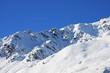 Skihang mit Spuren im Tiefschnee