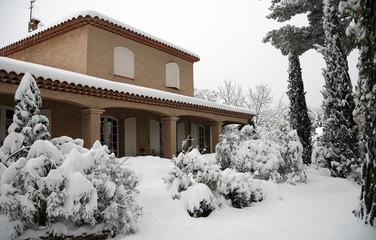 Maison individuelle sous la neige