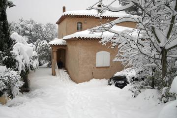 Accès difficile à une maison sous la neige