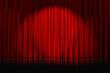 rideaux rouges fermés