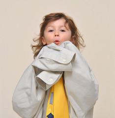 bimba che gioca con gli abiti del papà