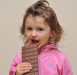 bimba che mangia il cioccolato