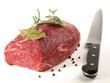 Roher Rinderbraten mit Messer