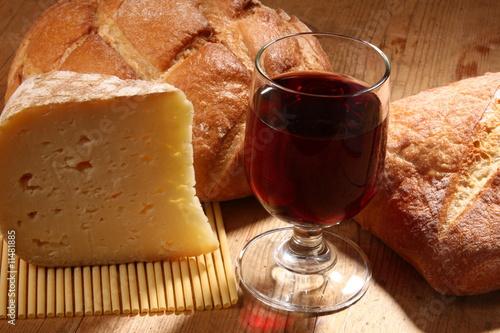 pain fromage et vin rouge de claude calcagno photo libre de droits 11481885 sur. Black Bedroom Furniture Sets. Home Design Ideas