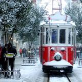 bliska strzał z tramwaju pokryte śniegiem w Stambule