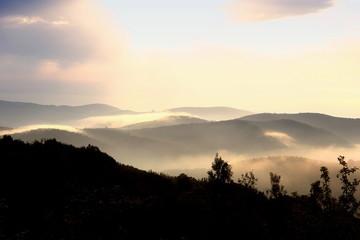 Toskana val d Orcia im Nebel