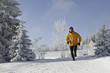 Joggen in der verschneiten Landschaft