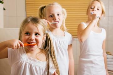 Abendroutine - drei Schwestern putzen Zähne