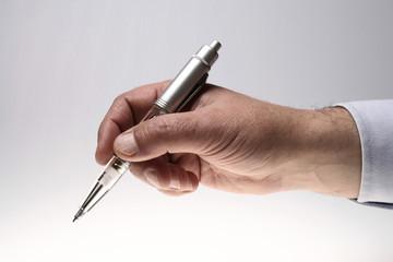 Homem de negócios escrevendo com uma bonita caneta