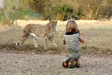 Mädchen fotografiert Gepard auf Safari