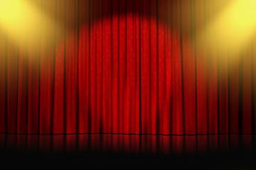 rideaux rouges étoilés éclairés par des spots