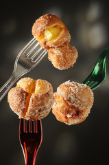 Zeppole di carnevale alla crema , mele e marmellata