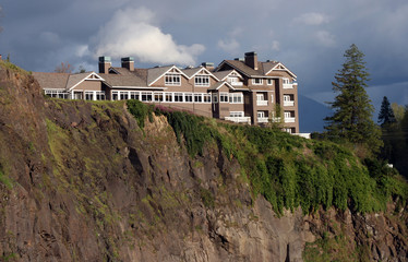Lodge at the edge of the cliff