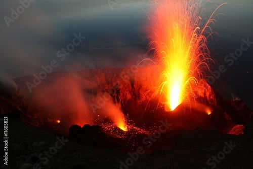 Leinwandbild Motiv Vulkanausbruch, Blick vom Pizzo in den Stromboli Krater