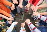 Kreis von Kindern, die für die Hände gehalten werden