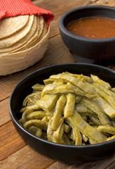 Nopales con salsa y tortillas, listos para tacos. México