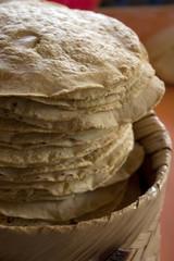 Canasta de tortillas de maíz hechas a mano. México