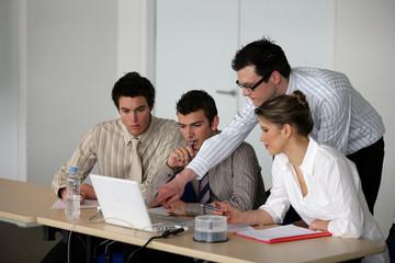 jeunes adultes en formation commerciale