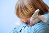 Enfant se consolant avec son doudou poster