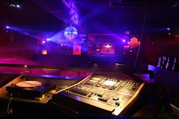 mischpult / mixer / dj in der discothek disco