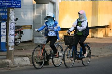 Vermummte Radfahrerinnen