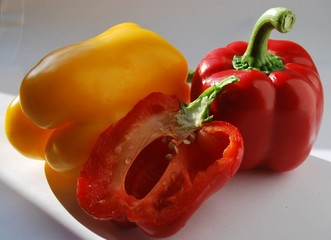 Paprika rot und gelb , einmal aufgeschnitten