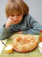 Chandeleur - Enfant en contemplation devant les crêpes