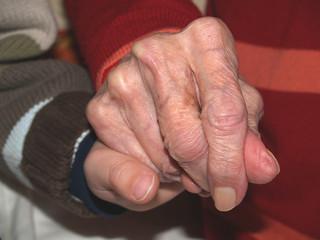 Uroma hält Hand des Urenkels