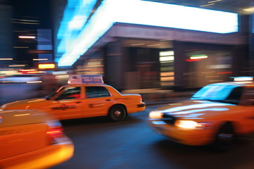 Taxi in New York City, Manhattan, Broadway bei Nacht