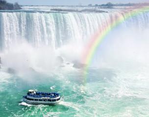 Tęcza i turystyczna łodzi w Niagara Falls