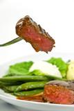 Fototapety Roastbeef Steak mit Roten Zwiebeln, Kartoffeln,grünen Bohnen