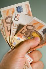 Banconote Euro strette in mano