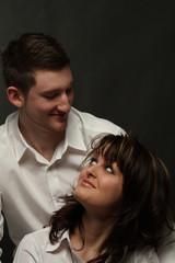 Junges Paar schaut sich glücklich an