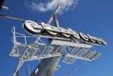 Seilbahn Stahlträger Rollen und blauer Himmel