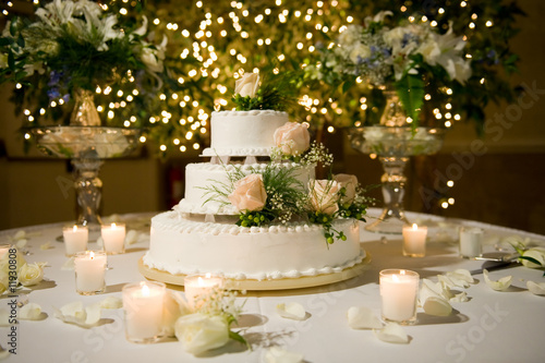Tuinposter Koekjes Wedding cake on the decorated table
