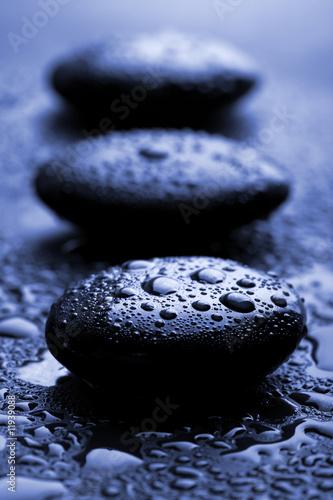 blyszczace-kamienie-zen-z-kropli-wody