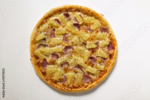 hawaiian pizza with ham and pineapple