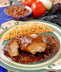 Mole con pollo y arroz rojo. México
