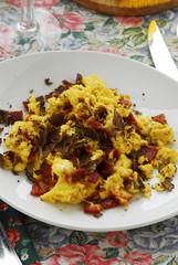 Uova strapazzate con prosciutto e tartufi
