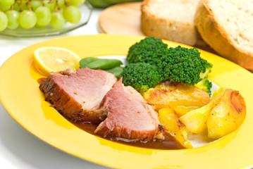 Schweinebraten mit Bratkartoffeln und Brokkoli