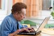 Aktive Seniorin mit Laptop in Freizeit
