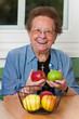 Seniorin mit Obst für Vitamine