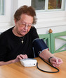 Seniorin misst Blutdruck