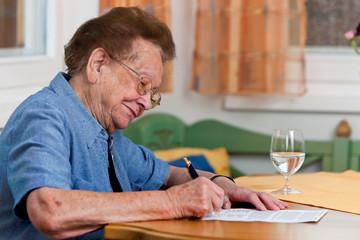 Seniorin unterschreibt einen Vertrag